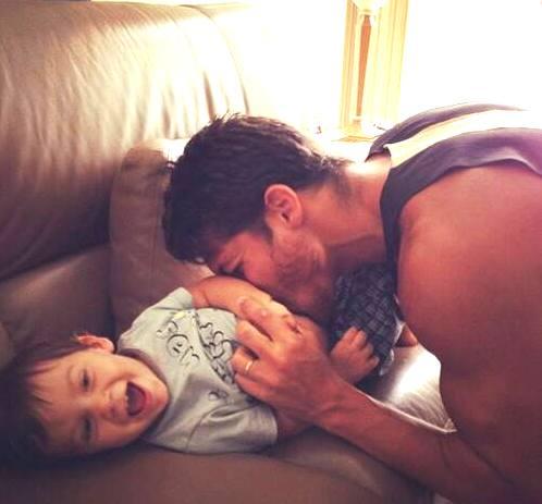 jaki szczęśliwy tatuś ;)