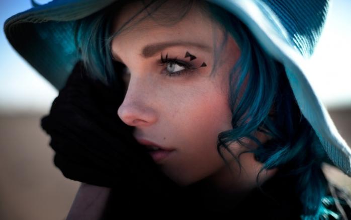 niebieskie włosy i oczy