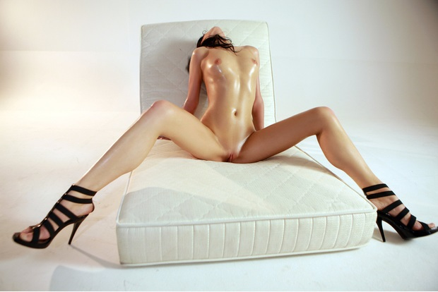 foto-devushka-s-rasstavlennimi-nogami