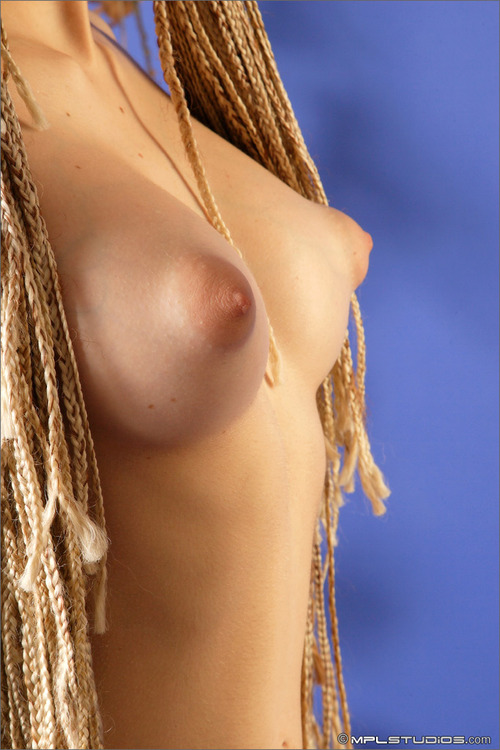 молодая стоячая грудь фото