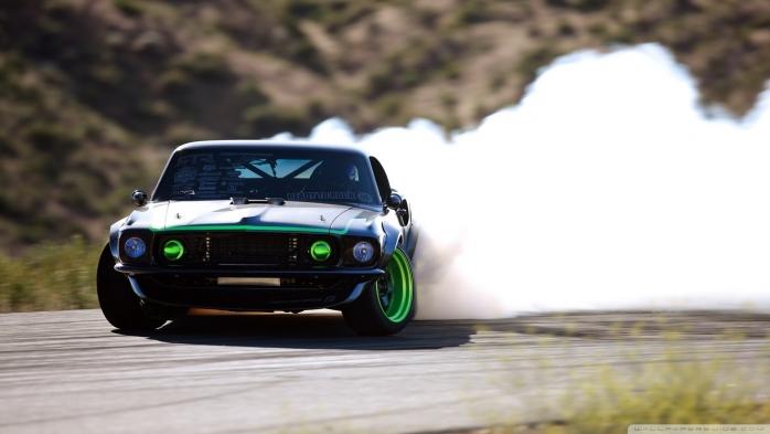 Ryk silnika i zapach spalonej gumy
