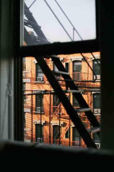 widok z okna na okna.