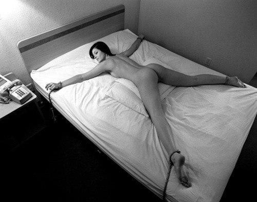 как привязать парня к кровати фото