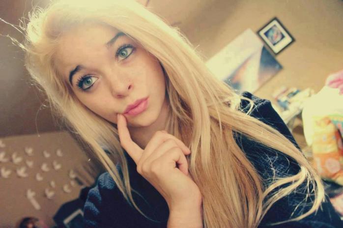 Niektóre nastolatki przykładają palec do policzka jak tutaj, to ma wyglądać słodko/ ;o
