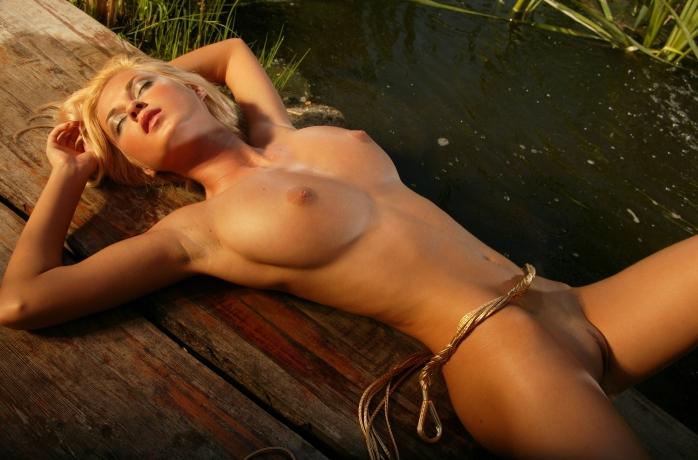 Фото голых лежащих женщин