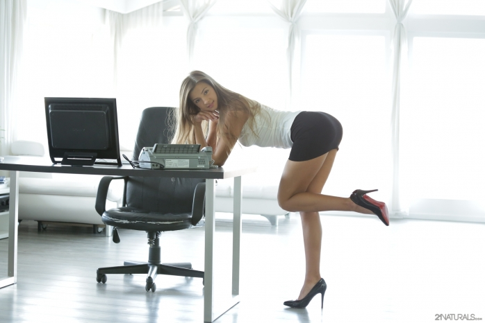 фото девушек под столом на работе